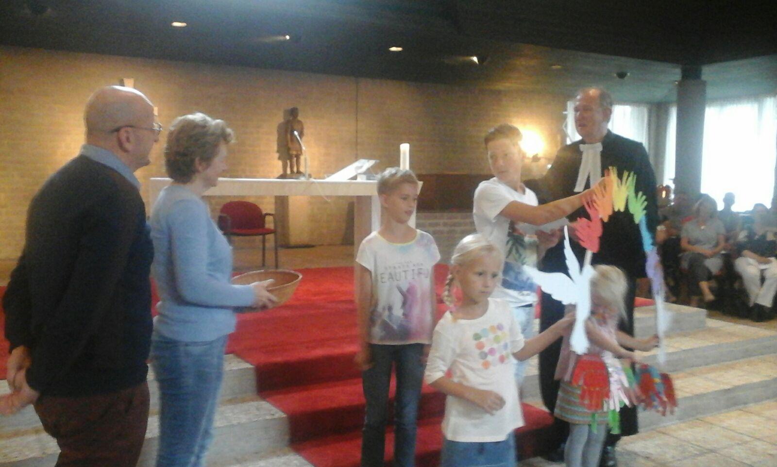 Kindernevendienst overhandigt bedrag aan Karin Viviers